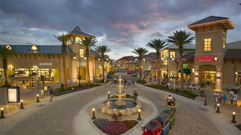 Malls and Outlet Centers Destin is a shoppers paradise. Silver Sands Factory Outlet, Destin Commons, HarborWalk Village, and Grand Boulevard are just a few of the top retailers in the Destin area.